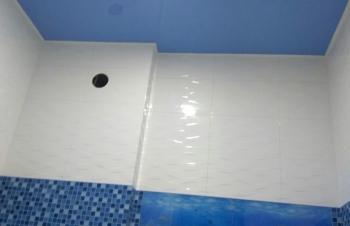 natyazhnoj-potolok-v-tualet2